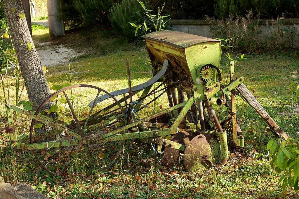 aratro e attrezzi rurali in giardino umbria