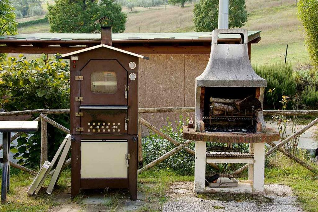 barbecue e forno a legna per pranzi all'aperto in agriturismo