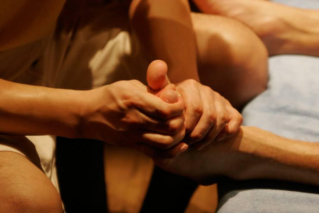 massaggi su corpo per rilascio emozionale